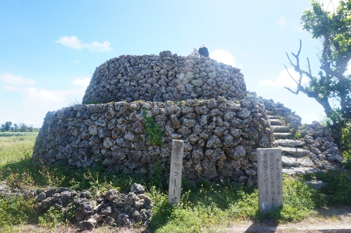 コート盛は、17世紀半ば頃に造られた珊瑚石で造られた見晴台です。平地が広がる波照間島において不審船などをいち早く発見するための重要な役割を果たしていました。