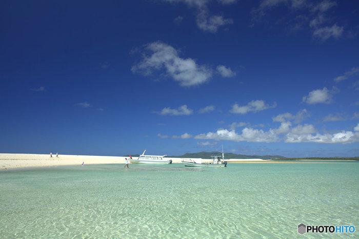 久米島は、自然が豊かな美しい島。1983年には「島」自体が県立自然公園に指定されました。アクセスは、那覇からフェリーか船で向かいます。