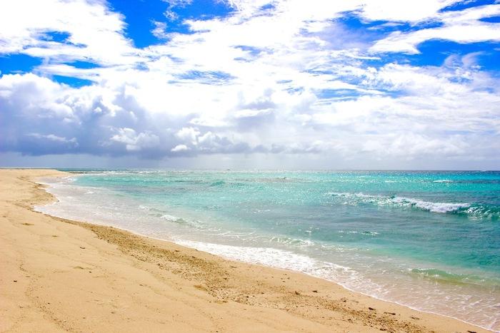 久米島を象徴しているのが、どこまでも広がる白色の砂浜と真っ青な海が特徴的な「はての浜」です。 海が美しい沖縄でも有数の人気のビーチで、7キロにも渡って砂浜が続いている光景は普段の日常から切り離されてラグジュアリーな時間を過ごす事が出来ますよ。