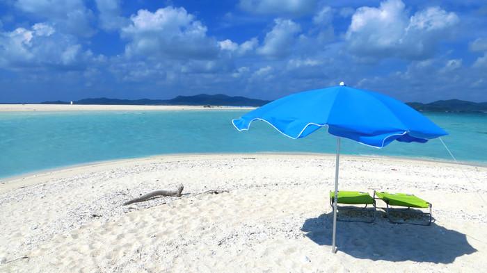 楽園のような美しさをそのまま残している「はての浜」は、久米島を訪れた人だけが体感できる特別な場所です。 ゆっくり海を眺める人もいれば、シュノーケリングをしたり泳ぐ人もいたりと自由に思い思いの時間を過ごせますよ♪