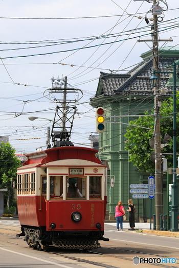 湯の川温泉から五稜郭を経由し、函館市街地を通り抜ける函館市電は、市内観光の強い味方。レトロな外観の箱館ハイカラ號は、平成28年度は10/31まで運行しています。