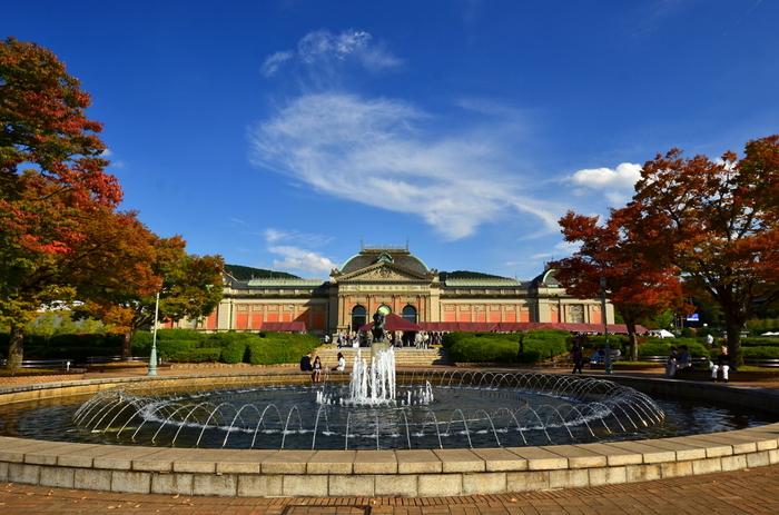 京博は、「明治古都館」や「平成知新館」だけでなく、屋外にも魅力があります。【画像は「明治古都館」が最も美しく眺められる「噴水のあるエリア」】