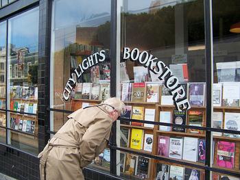 詩人ローレンス・ファリンゲティ が1953年に創業した「シティライツブックストア(City Lights Bookstore)」は、当時の保守的で退屈な社会に異を唱え、自由な生き方を求めたビートニク拠点となった伝説的な老舗の書店です。