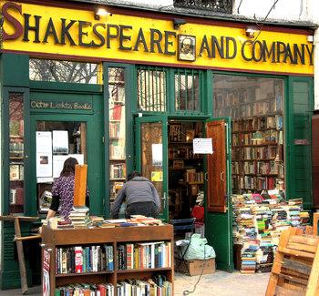 シルヴィア・ビーチの意志を引き継いでアメリカ人のジョージ・ウィットマンが1951年に開店したのが現在のこの書店です。シルヴィア・ビーチの死を期に「シェイクスピア・アンド・カンパニー」を襲名しました。