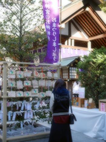 何をお祈りしましょうか? 「素敵な出会いがありますよに♡」 「彼と結婚できますように♪」 お参りがすんだところで、神楽坂へお散歩に出発です!