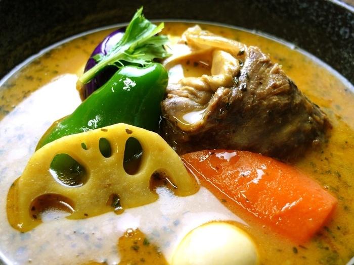 とろみのあるルーカレーとは違い、サラリとしたスープが特徴のスープカレー。 札幌でサラサラの「薬膳カリー」を出すお店は1970年代からありましたが、本格的な「スープカレーブーム」のはじまりは1990年代から。それぞれのお店が独自に調合するスパイスの香りや辛みに、丁寧に仕込んだスープの旨味が融合し、ルーカレーよりも鮮やかでダイレクトな味わいが特徴です。今では地元民にも観光客にも愛される、札幌の定番グルメとして定着しています。