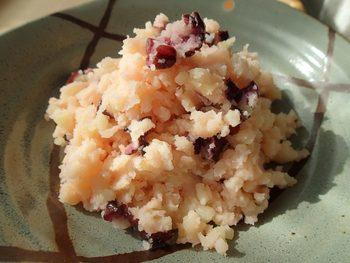 野菜でありながら、穀物としてお米に代わる主食にも重宝されることの多いジャガイモ。その理由は、お米と同じく、でんぷんを主成分としているからですね。それなら、しば漬けとの相性が悪いはずがありませんよね。ほんのり桜色が、食卓に花を添えてくれます。