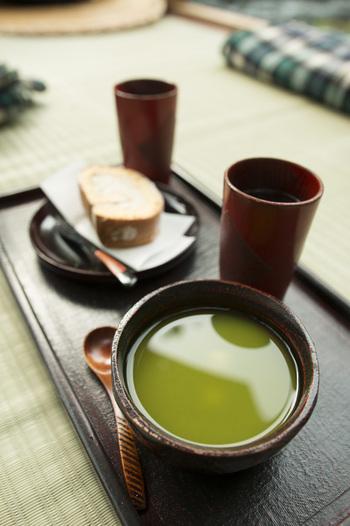 ロールケーキにはどんな飲み物を合わせますか?いつものようにコーヒーや紅茶と一緒に食べてももちろん良いのですが、和風ロールケーキは日本茶にもマッチするので、また違った楽しみが広がります♪