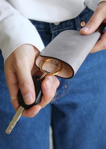 蝋引きされた、落ち着いた雰囲気のレザーカバーがついたキーケース。お手入れを施しながら長く使い続けたい、まさに大人の革小物です。
