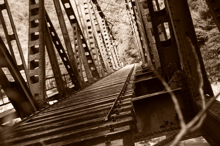 旧国鉄は、福知山線の複線化、電化とともに1986年に生瀬駅と道場駅の区間を廃線としました。今でもハイキングコース中には、30年以上前に敷かれていた枕木や識別票が残されており、ノスタルジックな雰囲気が漂っています。
