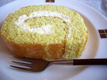 和風ロールケーキを作るための和の素材は、生地に入れたり、クリームに入れたりとアレンジ方法もさまざま。シンプルなロールケーキを参考にアレンジの工夫を探してみてくださいね。例えば、生地をアレンジする場合には、小麦粉の代わりに米粉を使う方法もありますよ♪