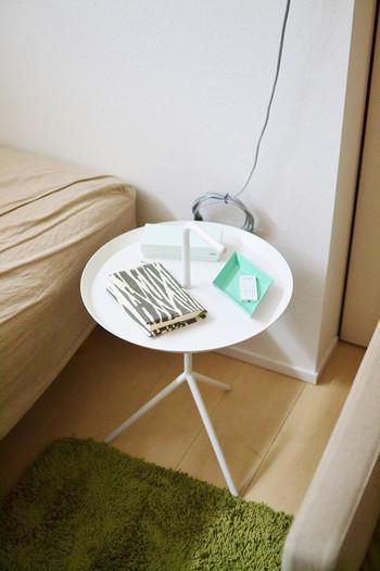 持ち運びできるサイドテーブルなら、寝る前にそのまま寝室に持って行ける使い道も♪