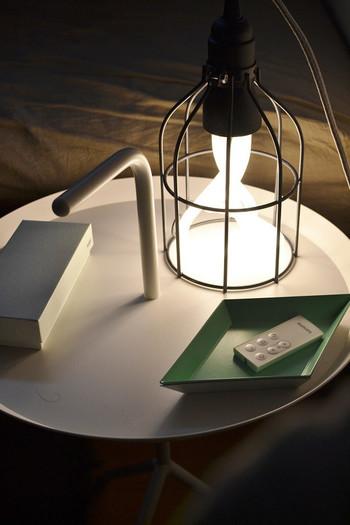 寝る前のサイドテーブルは、おやすみ前の時間に重宝する照明を置くのにも便利です。