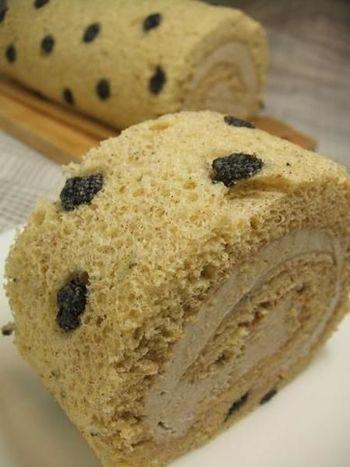 こちらは赤米粉と黒米粉を混ぜ込んだこだわりのロールケーキ!2種の粉を使って水玉模様で魅せている、ひと工夫ありの可愛らしいレシピです。