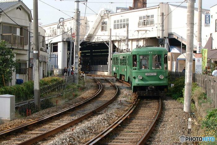 """ローカルな雰囲気が漂う、2両編成の可愛らしい電車… 下高井戸から三軒茶屋を結ぶ世田谷線の電車です。始発駅の下高井戸・三軒茶屋以外は無人駅というところも、""""東京""""らしからぬほのぼのとした空気が流れます。ちょっと湘南を走る江ノ電を思わせますね。"""