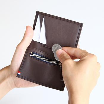 シンプルで合理的なデザインに徹した「APTO(アプト)」のカードケース。カードポケットのほか、コインが入るシップポケットもあります。