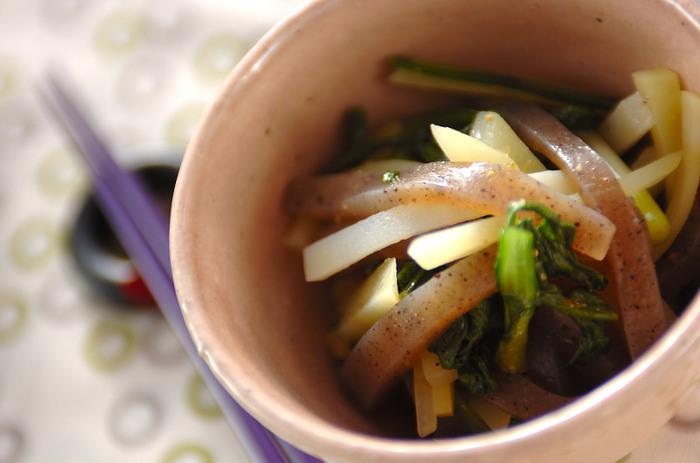 子どもの頃は嫌いだったのに……。大人になると美味しく感じる野菜の一つ、春菊。春菊のもつ独特の香りが好きになった、という方も多いですよね。大人ならではの醍醐味、柚子胡椒をきかせてお召し上がりください。