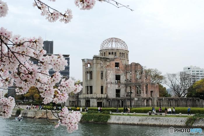 まず、広島観光で訪れない人はほとんどいないのが、広島平和記念公園。 広島の象徴的なスポットで、広い敷地内では、世界遺産に登録されている原爆ドームや資料館などの他、公園の美しい緑や川を望む景色を楽しむことができます。  また、広島市の中心地に位置しているため、周辺ではショッピングなども楽しめます。