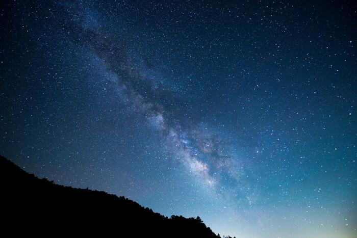 約20分ゴンドラにのって、1400mの「天空の楽園」に行くと、そこには手が届きそうなくらいの美しい星が輝いています。 ガイドさんが天体解説をしてくれる他、一緒に森林の中を歩くナイトフォレストトレッキングもあり、子どもだけではなく大人も勉強になるんです。