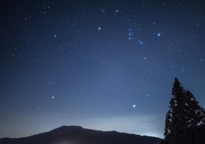 写真では、オリオンの三ツ星のほぼ真上に輝くのがベテルギウス。赤い巨星であることから、日本では平家の赤旗に見たてて「平家星」と呼ばれることも。