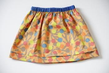 大人サイズのスカートは1メートルの生地では足りませんが、こどもサイズなら1メートルあれば作れます。布は直線裁ちでウエストにゴムを入れるだけでスカートの形になるので、初心者の方でも作りやすいです。