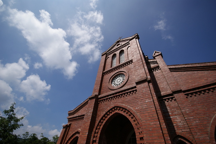 江戸時代からのキリスト教禁教令廃止以降、五島列島で最初に建てられた、福江島にある堂崎天主堂。 赤いレンガの外観が非常に印象的で、世界遺産の暫定リストにも登録されています。