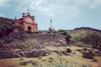 陽の光を浴びて佇む、煉瓦造りの教会。
