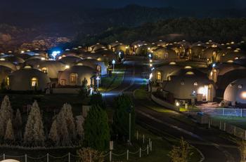 夜になると、街頭やドームからの光でやさしく照らされます。うっすらと浮かび上がる山々を背景に、ファンタスティックな写真にチャレンジして。
