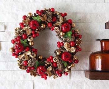 赤とゴールドが鮮やかなクリスマスリース。玄関に飾れば、ドアを開けるのが楽しみになります。