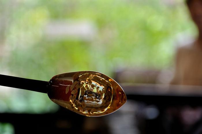 吹きガラス体験も、全国さまざまな場所で楽しむことができます。母娘で思い出のグラスなど作るのも素敵ですね。