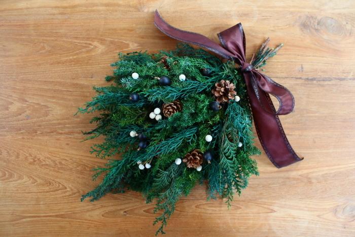 クリスマススワッグを玄関に飾るのも◎。お店で買うのもいいですが、ワークショップなどに参加して手作りするのも楽しい。