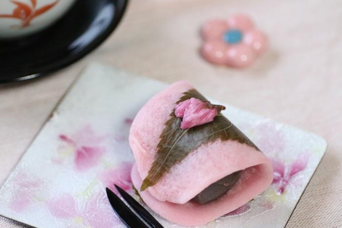 """季節ならではの和菓子ほど贅沢なものはありません。  気になった""""桜餅""""があったのならぜひ買い求め、桜の季節を十分に味わいましょう。"""