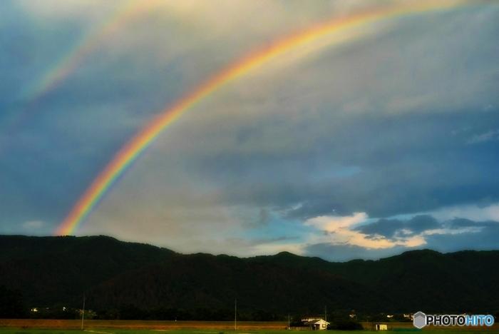 日増しに陽光が強くなり、雨上がりに美しい虹が見られるようになる、という意味です。ダブルの虹、とても幻想的な風景ですね。