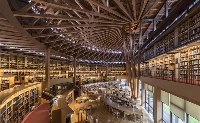 グローバル人材を育成する独特の教育で知られる国際教養大学の中嶋記念図書館。いつでも勉強できる環境を提供したいという理念の下、24時間365日開館しています(学外の人は利用時間制限があります)。