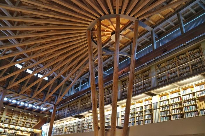 蔵書は学術書を中心に約7万5000冊揃っています。全て英語で授業が行われる大学だけあって、その半分以上を洋書が占めています。洋書好きの方は足を運んでみてはいかがですか?