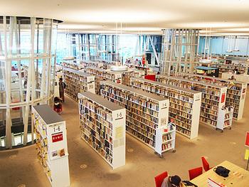 ジャンルごとにフロアがわかれており、2階が「児童書フロア」、3階が「一般書フロア」、4階が「郷土・参考図書フロア」となっています。