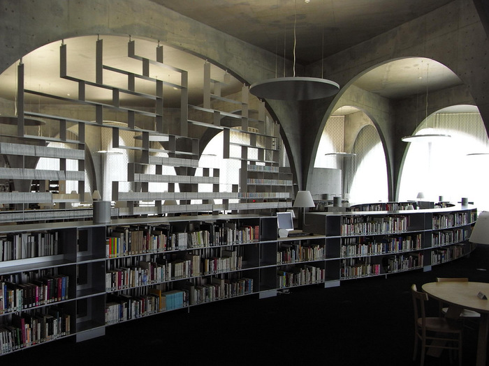 コンクリートとアーチを多用したデザインが芸術性に溢れており、さすが美大の図書館ですね。