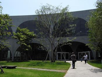 こちらも伊東豊雄氏が設計した多摩美術大学八王子図書館。ガラスとコンクリートが一体化した斬新なデザインとなっています。