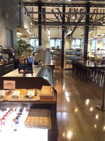 図書館の中にはカフェ「アトリエ・ド・リーブ 赤煉瓦Cafe」があります。