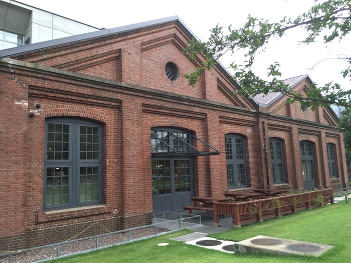「赤レンガ図書館」の愛称で知られる東京都北区中央図書館。近代的な建物の一部に、1919年に建設された赤煉レンガ倉庫が残されており、レトロだけどモダンな趣のある建物となっています。緑の広場もあり、素敵な外観ですね。