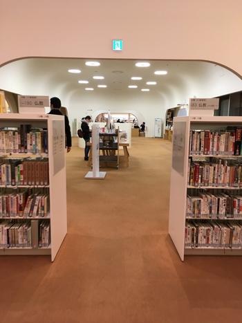 約17万冊の蔵書があり、雑誌は600タイトルも揃っています。地下2階は「芸術系の書籍」、地下1階は「メインライブラリー」、1階は「雑誌や新聞」、2階は「児童書と生活系の書籍」になっています。
