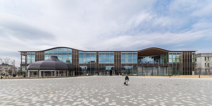"""2015年7月にオープンした複合施設「みんなの森ぎふメディアコスモス」の拠点の一つを成す岐阜市立中央図書館は、""""市民に寄り添った滞在型図書館""""を目指しています。"""