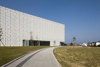 世界の魅力的な図書館ベスト20に選ばれるなど、世界に高く評価されている「金沢海みらい図書館」。青い空、白い建物、緑の芝生広場の調和が美しいですね。