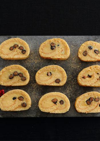 黒豆がアクセントになっているロールケーキ。和風素材の黒豆は、クリームを塗ってから散らすので、他の煮豆でアレンジもしやすいレシピです。