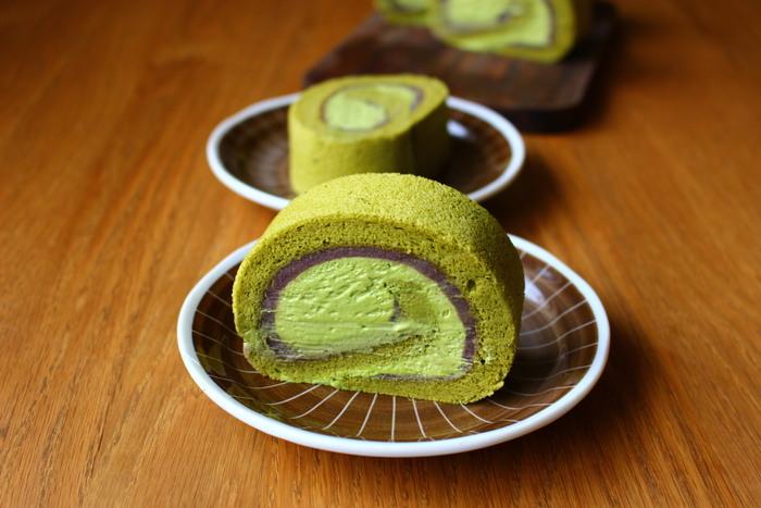 生地もクリームもキレイなグリーンの抹茶ロールケーキ。それだけでなく、あんこを一緒に巻いているところが魅力のレシピです。抹茶とあんこのハーモニーは間違いなさそうですね♪