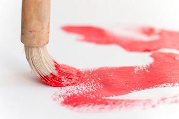 エリック・カールの画風は、接着剤などを下塗りした半透明の薄紙に指や筆で色をつけて特製の色紙を作り、それを下書きの線にあわせてコラージュしていくというもの。親交の厚かった「スイミー」の作者・レオ=レオニも同じくコラージュを多用する作家でした。これって偶然ではなさそうですね!   ※画像はイメージです。