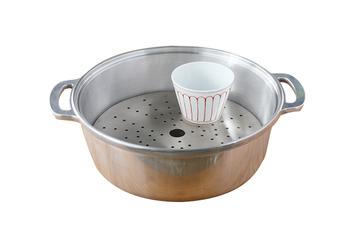 「工房アイザワ」の「足付蒸し物用目皿」を本体に入れれば茶碗蒸しなど、蒸し料理も簡単にできます。