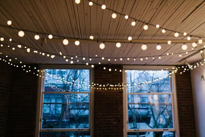 天井から幾重にも渡ってストリングライトを吊るしておけば、まるで星のようにきらめきます。
