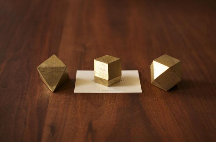 形は三角・四角・菱形の3種類。光沢が出るように磨かれた「ヘアライン」と鋳造そのままの「鋳肌」の2種類が楽しめるようになっています。見る角度によって異なる表情を楽しんで。