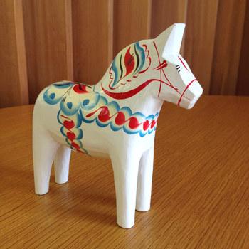 スウェーデンの民芸品の1つで手彫りでつくられた「ダーラヘスト(ダーラナホース)」は昔、木こりが仕事が終わったあと家で待っている子供達にお土産として作った、木の馬のおもちゃから始まったといわれています。今現在でも形はもちろんのこと、色付けも全て手作業で行われており、全く同じ商品がないのも特徴的です。
